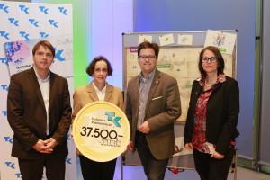 Scheckübergabe durch Techniker Krankenkasse – v. l. n. r.: Stephan Koesling (SLfG), Simone Hartmann (TK), Lars Rohwer (SLfG) und Maria Gies (HAG)©SLfG