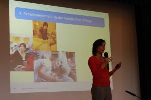"""Vortrag von Dr. Ulrike Rösler zum Thema """"Pflegekräfte zwischen o.k. und k.o. – Arbeitsbedingungen und Gesundheit bei beruflich Pflegenden""""©SLfG"""