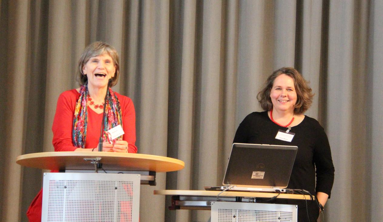 """Maria Groß (Parisax) und Silke Meyer (SLfG) moderierten die Diskussionsrunde """"Offene Arbeit und Brandschutz - Wie geht das zusammen?""""©Parisax"""