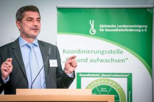 Jörg Stojke, Leiter der BGW Akademie - Kooperationspartner des Fachtages - begrüßt die TeilnehmerInnen ©André Wirsig im Auftrag der SLfG