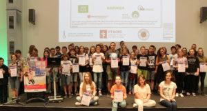 Die Hauptpreisgewinner des 2016/17-Wettbewerbs mit ihren Förderern©SLfG