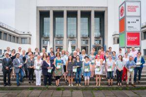 Gruppenbild der 30. Gewinner der 1. Prämierung des 5. Sächsischen Kinder-Garten-Wettbewerbs, fotografiert am 23. Juni 2017 vor dem Deutschen Hygiene-Museum Dresden.  Foto: André Wirsig für die Sächsische Landesvereinigung für Gesundheitsförderung