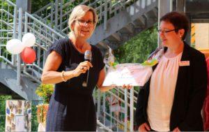 Überreichung der FREUNDE-Tafel durch Staatsministerin Klepsch an Kita-Leiterin Daniela Gantke©SLfG