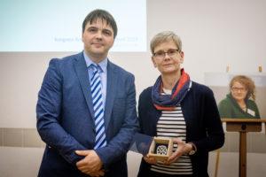Laudator Stephan Koesling gratuliert Frau Dr. Schubert©Gesundheit Berlin-Brandenburg e. V., Fotograf: André Wagenzik